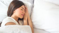 Tidur Miring ke Kiri Berbahaya untuk Kesehatan Jantung?