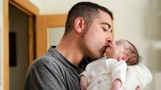 Orangtua Cium Anak di Bibir, Bolehkah?