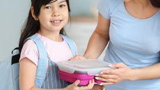 Manfaat Membawakan Bekal Sekolah untuk Anak