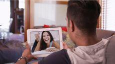 Cara Menjaga dan Menjalani Hubungan LDR dengan Pasangan Anda