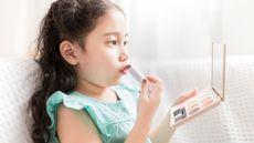 Kenali Bahayanya Anak Memakai Kosmetik (Akkalak-Aiempradit/Shutterstock)