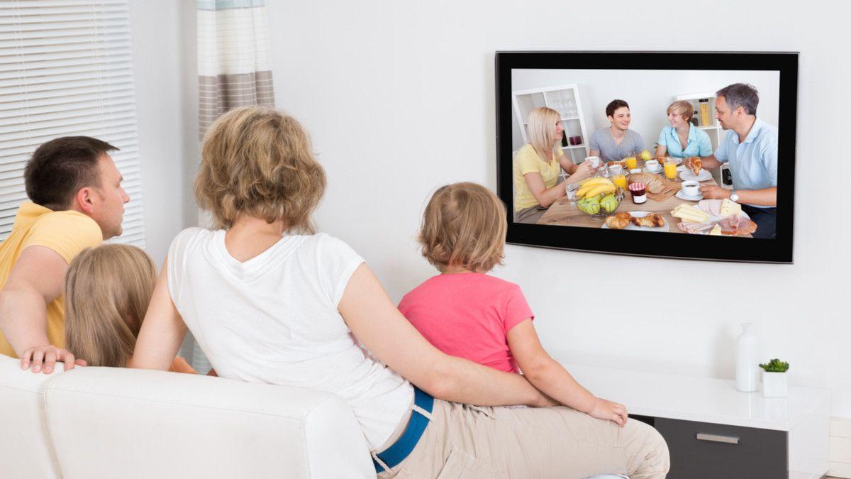 Berapa Jarak Menonton Televisi yang Aman untuk Kesehatan?