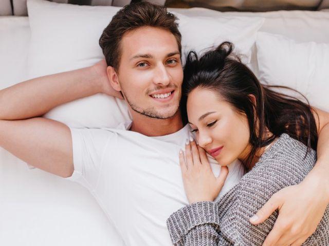 10 Posisi Tidur Pasangan dan Artinya Menurut Psikolog