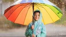 Cara Mencegah si Kecil Sakit Setelah Kehujanan