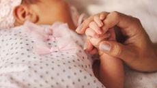 Si Kecil Memegang Tangan Ibunya (Foto: 123rf)