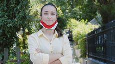 Seorang Wanita Mengenakan Masker di Dagu