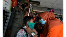 Personel Satgas BUMN Lampung membagikan masker kepada warga di Pasar Pasir Gintung dan Bambu Kuning Bandar Lampung, Lampung, Selasa (29/12/2020). (Foto: ANTARA FOTO/Ardiansyah)