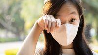 Polusi Udara Picu Mata Merah, Bawa Ini Saat Keluar Rumah