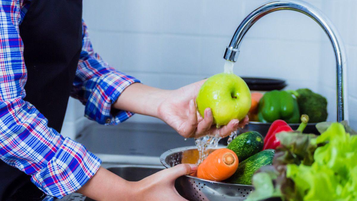 gosok sayuran dan buah-buahan ketika dicuci
