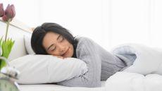 Kebiasaan Sebelum Tidur yang Merusak Rambut