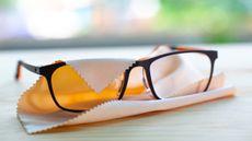 Awas, Kacamata Kotor Bisa Penuh Bakteri, Bahkan Virus Corona!