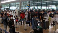 Calon penumpang antre untuk check in, di Terminal 3 Bandara Soekarno Hatta, Tangerang, Banten, Senin (26/10/2020). (Foto: ANTARA FOTO/Muhammad Iqbal)