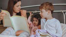 5 Manfaat Mendongengkan Anak Sebelum Tidur