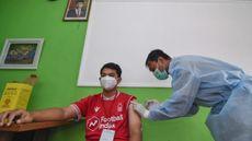 Vaksinator menyuntikkan vaksin COVID-19 Sinovac ke seorang tenaga kesehatan di Puskesmas Mataram, NTB, Selasa (19/1/2021). (Foto: ANTARA FOTO/Ahmad Subaidi)