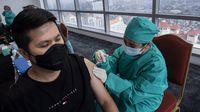 Petugas kesehatan menyuntikkan vaksin COVID-19 AstraZeneca tahap pertama di Sentra Vaksinasi Central Park dan Neo Soho Mall, Jakarta Barat, Sabtu (8/5/2021). (ANTARA FOTO/Sigid Kurniawan)