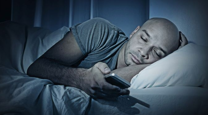 Penyakit Sleep Texting (Marcos Mesa Sam Wordley/Shutterstock)