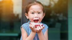 Ilustrasi Seorang Anak Makan Buah Naga Saat Susah BAB