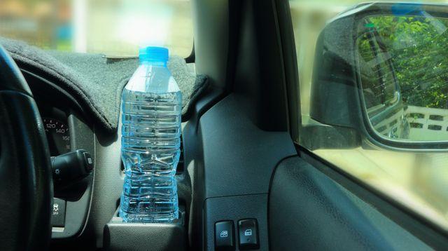 Bahaya Meninggalkan Air Kemasan di Dalam Mobil