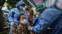 Lansia berusia 102 tahun, Inna Wati yang menerima suntikan vaksin COVID-19 di Puskesmas Poris Plawad, Kota Tangerang, Banten, Minggu (11/4/2021). (ANTARA FOTO/Fauzan)