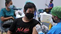 Vaksinator menyuntikkan vaksin COVID-19 kepada seorang warga saat pelaksanaan vaksinasi di Discovery Shopping Mall, Kuta, Badung, Bali, Sabtu (10/4/2021). (ANTARA FOTO/Fikri Yusuf)
