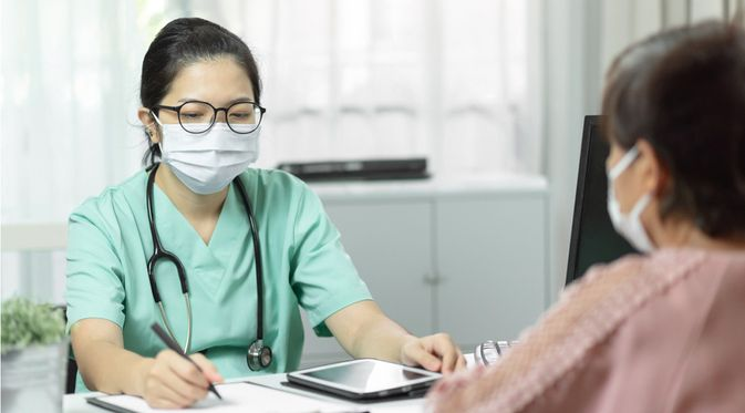 Seorang Wanita Berkonsultasi Tentang Pengobatan Herpes Zoster