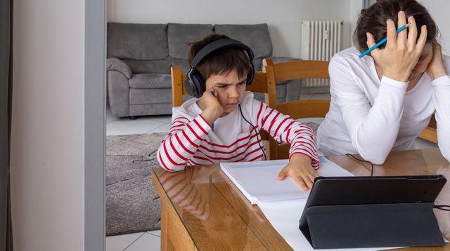 Stres Saat Temani Anak Sekolah Online, Apa Wajar?