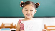Ilustrasi Si Kecil Mendapat Nilai 100 di Sekolah