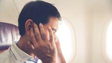 Pria Sakit Telinga Saat Naik Pesawat