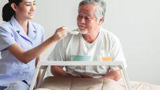 Tips Memenuhi Asupan Makanan pada Penderita Stroke (BaanTaksinStudio/shutterstock)